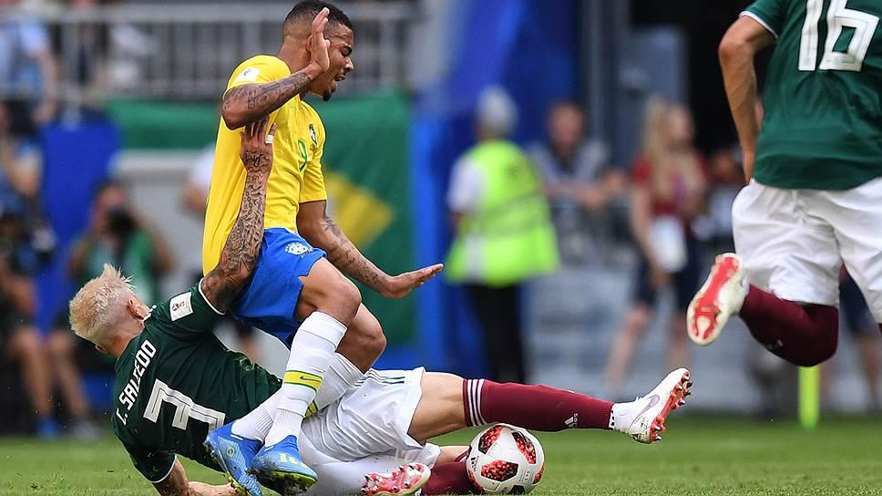 Игрок сборной Бразилии Габриэл Жезус (в центре)