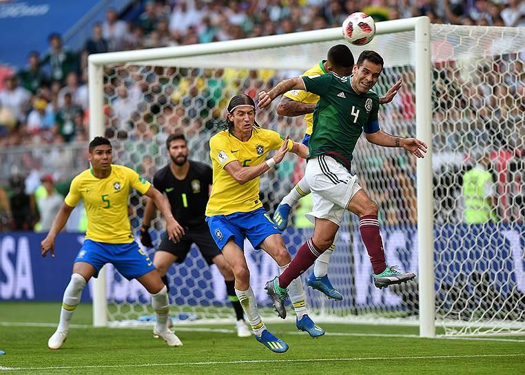Слева направо: игрок сборной Бразилии Каземиро, вратарь сборной Бразилии Алисон, игрок сборной Бразилии Филипе Луис и игрок сборной Мексики Рафаэль Маркес