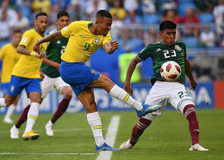 Игрок сборной Мексики Хезус Гальярдо (справа) и игрок сборной Бразилии Габриэл Жезус (в центре)