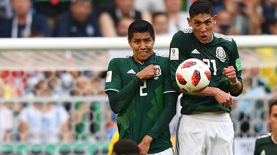 Слева направо: игрок сборной Бразилии Неймар, игроки сборной Мексики Уго Айяла и Эдсон Альварес