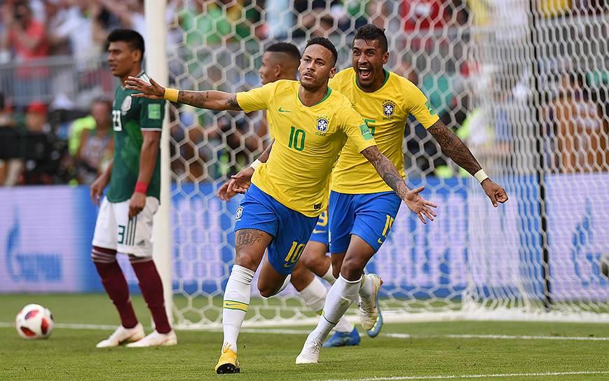 Слева направо: игрок сборной Мексики Хезус Гальярдо, игроки сборной Бразилии Неймар и Паулиньо