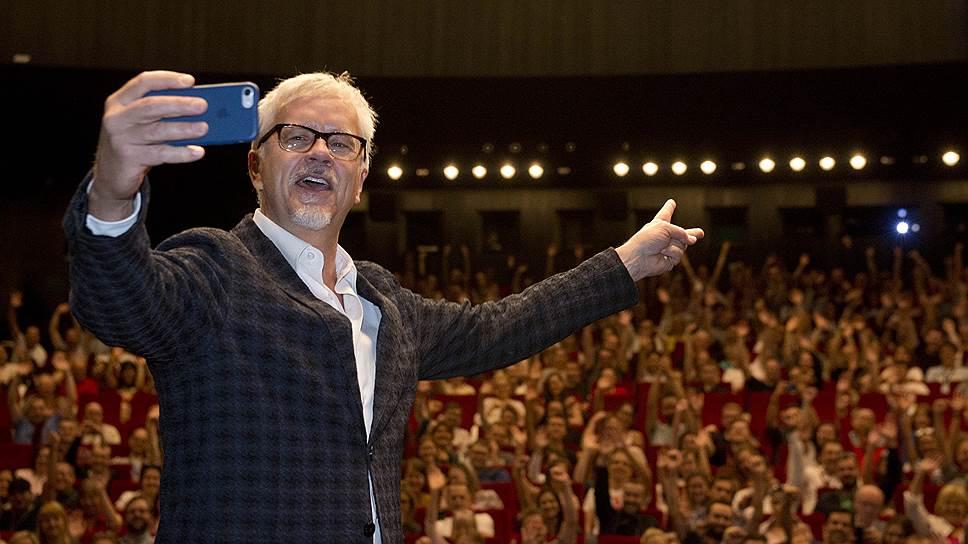 Тим Роббинс, получивший награду за вклад в киноискусство, отметил награждение публицистическим спичем