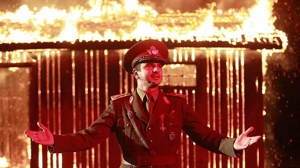 В фильме Раду Жуде уличное представление по мотивам событий Второй мировой разжигает в массах непредвиденную агрессию