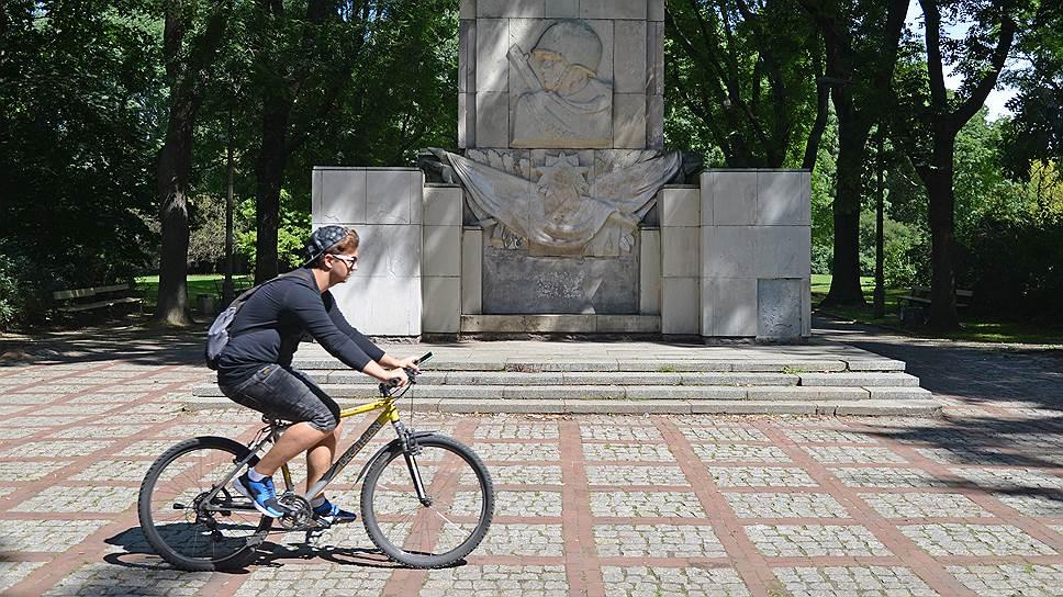 С близкого расстояния памятник благодарности Красной армии в Скарышевском парке выглядит не так благообразно. Он несколько раз подвергался атакам вандалов: кое-где проглядывают пятна красной краски, памятные доски надломлены, песчаник сзади почернел от времени