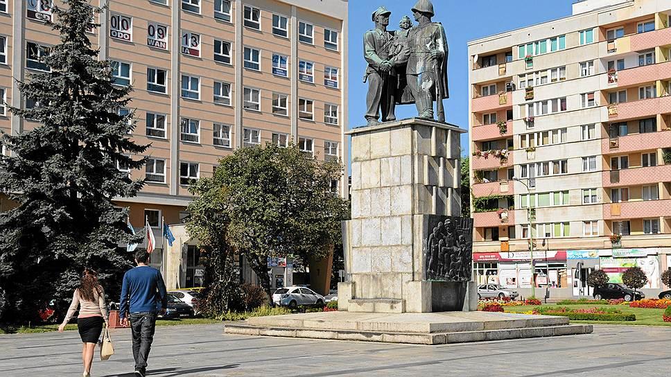 Памятник благодарности советской армии в городе Легница был демонтирован в марте. Жители прозвали его «Два Ивана» — двое солдат, польский и советский, держат на руках маленькую девочку. Согласно опросам, горожане были против сноса