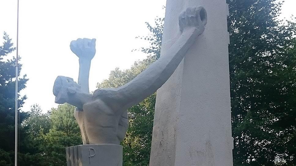 На кладбище в деревне Судва под Ольштынеком с сентября 1939 по январь 1945 были похоронены тела около 55 тыс. польских, советских, французских бельгийских и итальянских военнопленных нацистского лагеря Шталаг 1-Б Хоенштайн