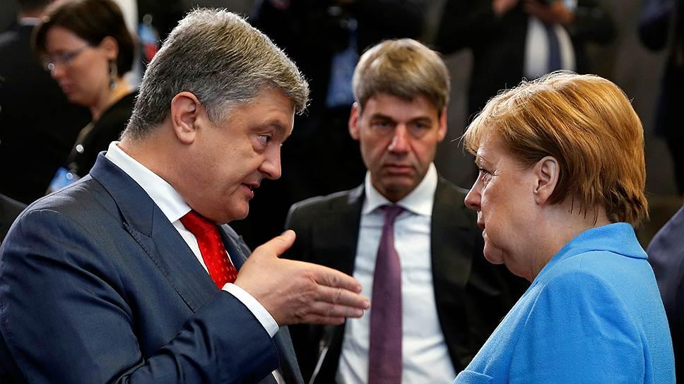Президент Украины Петр Порошенко убеждал западных коллег, в том числе канцлера ФРГ Ангелу Меркель, что его стране нужно открыть дверь в НАТО