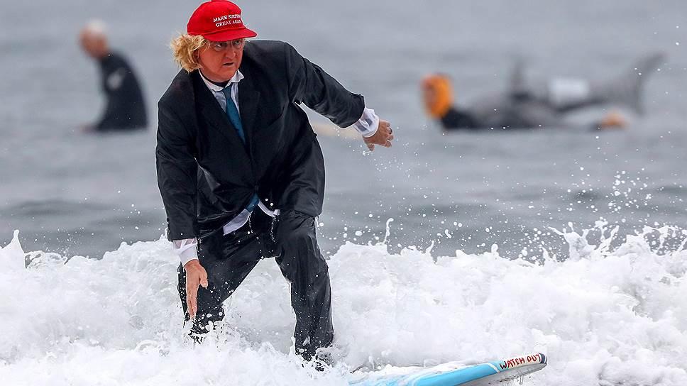 Однопартийцы президента США надеются, что предстоящие выборы в Конгресс позволят им остаться на плаву (на фото — изображающий Дональда Трампа серфер)