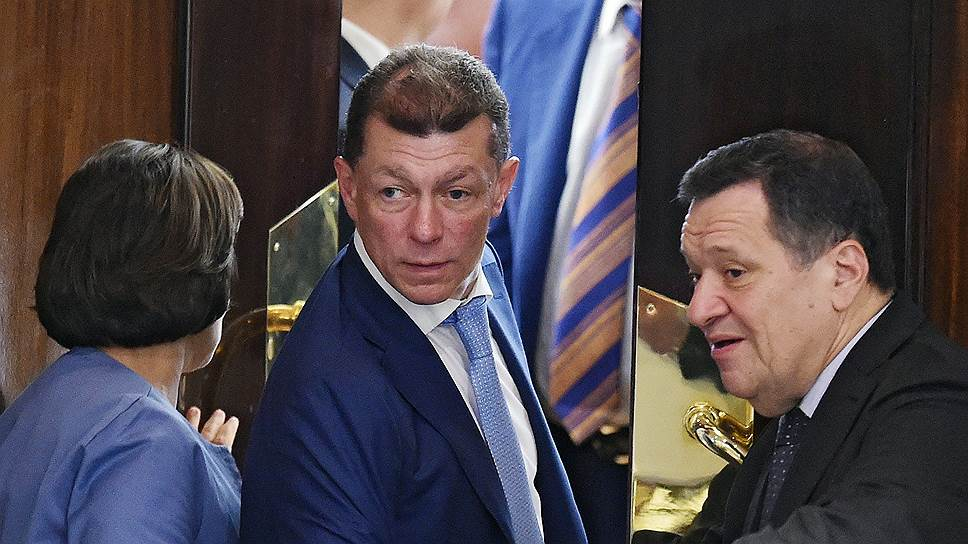 Министру труда Максиму Топилину (в центре) пришлось для представления пенсионного законопроекта погрузиться в обыденную парламентскую атмосферу
