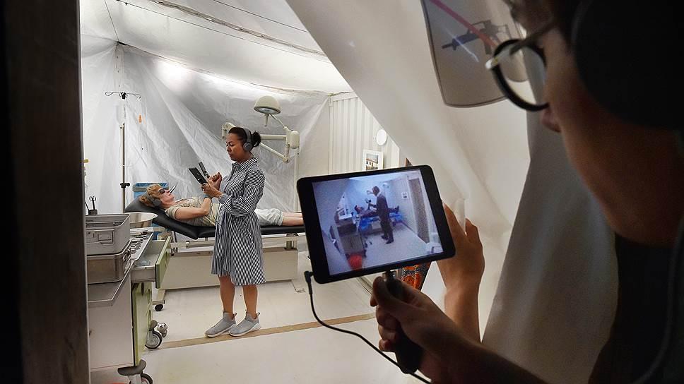 Зрители спектакля Rimini Protokoll попадают из павильона ВДНХ в полевой госпиталь в Сьерра-Леоне