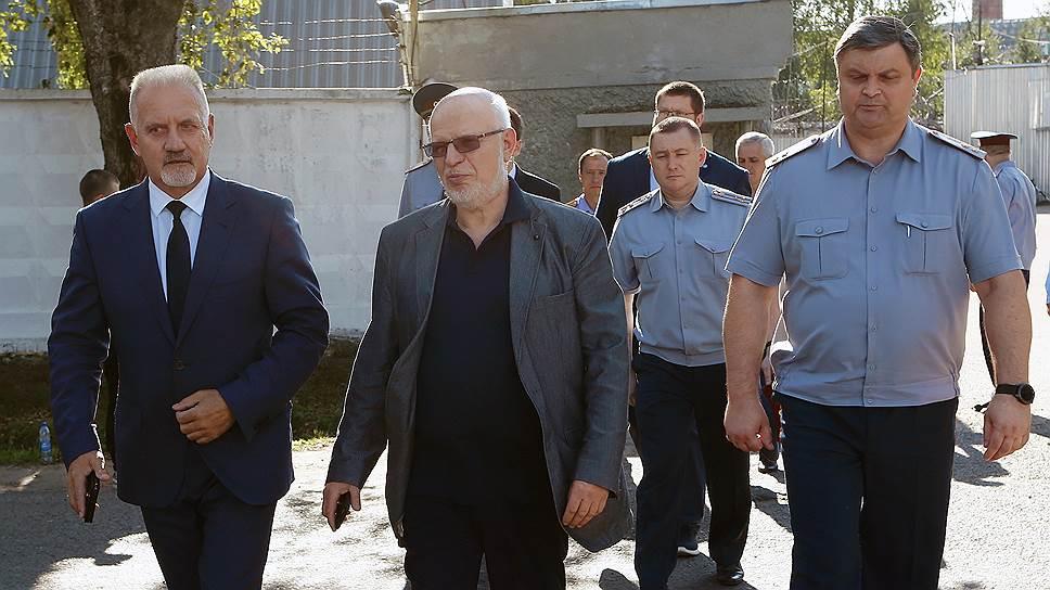 Глава СПЧ Михаил Федотов (в центре) надеется, что расследование избиения заключенного в ярославской колонии станет уроком для сотрудников ФСИН и для следователей