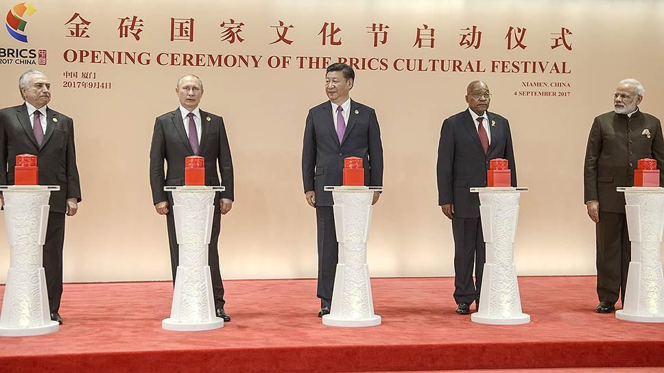 За год, прошедший с саммита БРИКС в Китае, страны—члены блока менее сплоченными не стали, даже несмотря на вынужденную отставку президента ЮАР Джейкоба Зумы (второй справа)