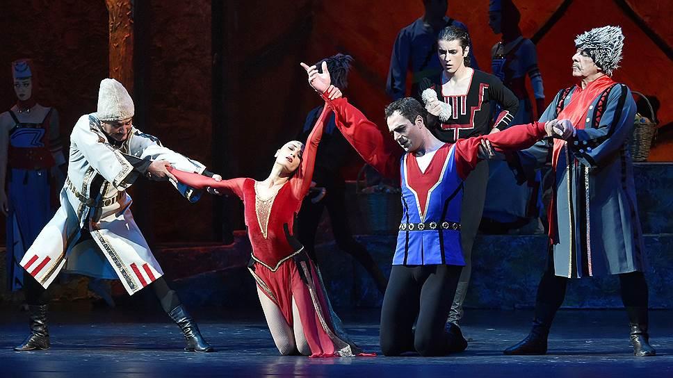 Кастинг «Гаянэ» (в центре мизансцены: Гаянэ — Сюзанна Пирумян, Гико — Размик Марукян, Армен — Рубен Мурадян) заставил увидеть события старого балета под новым углом