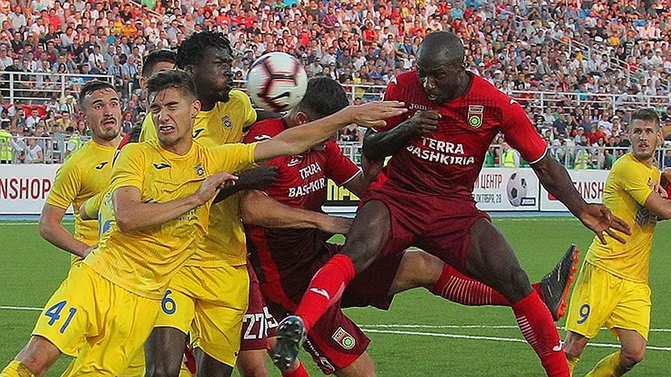 Футболисты «Уфы» (в красной форме) в домашнем матче против «Домжале» не смогли открыть счет забитым мячам в еврокубках