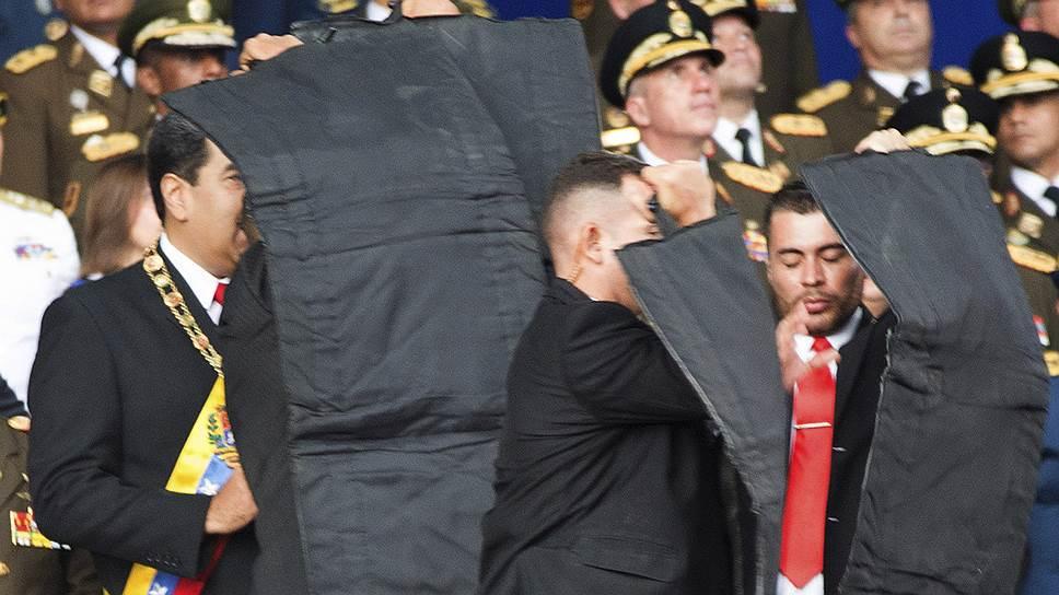 Николас Мадуро поначалу принял взрыв за салют и попытался продолжить выступление, однако охрана увела его со сцены