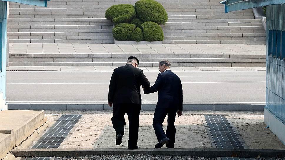 Лидер КНДР Ким Чен Ын и президент Южной Кореи Мун Чжэ Ин
