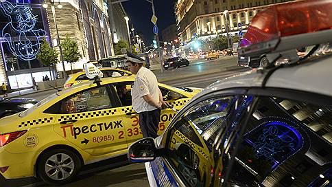 Таксистам предложат предъявлять права пассажирам // Мэрия Москвы предложила ужесточить требования к водителям-иностранцам