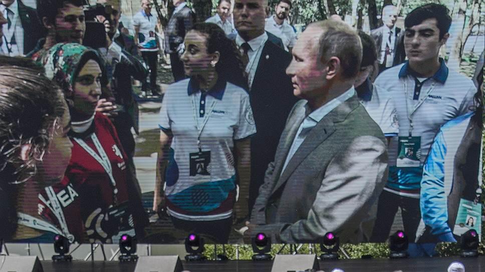 Тысяча участников форума внимательно наблюдала за тем, как Владимир Путин отдает предпочтение десяти ее коллегам