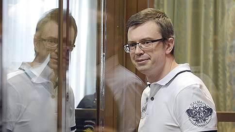 Следственные генералы сдают друг друга  / Осужденный за взятку бывший замначальника ГСУ СКР сохранил активы и право на УДО