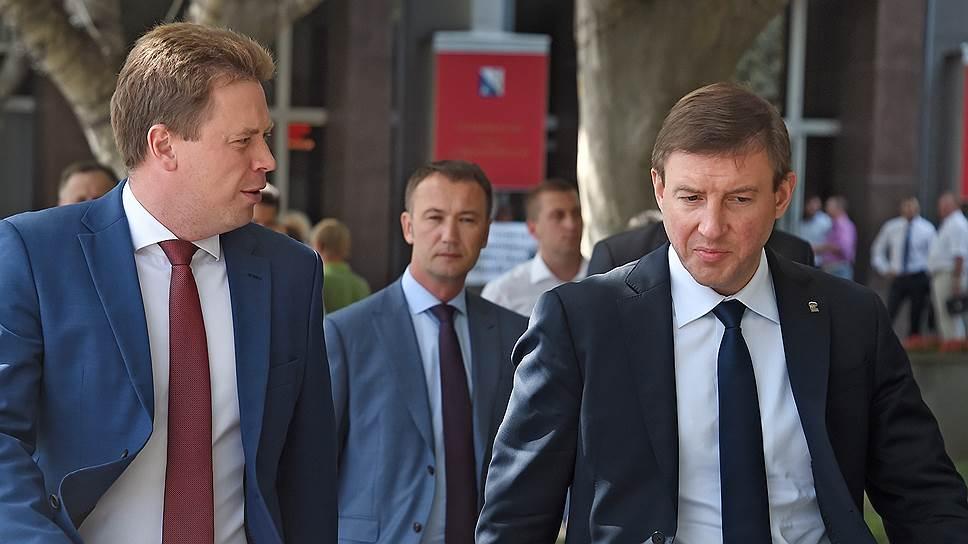 Секретарь генсовета «Единой России» Андрей Турчак (справа) познакомился со всеми участниками конфликта в Севастополе, но оргвыводы сделает позднее
