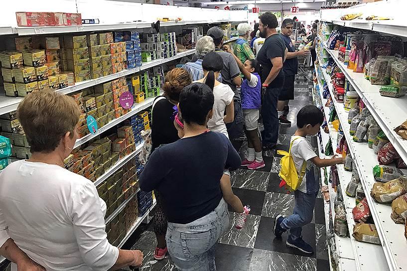 Девальвация в Венесуэле в ближайшие месяцы может привести к дополнительному росту цен, в том числе из-за будущего повышения уровня минимальной зарплаты