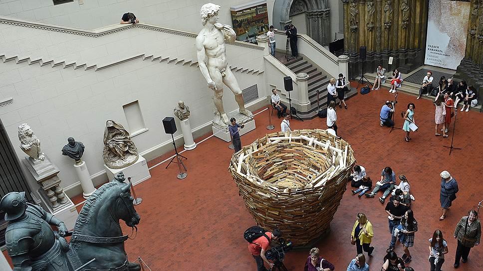 Самое большое из своих гнезд художник свил прямо посреди возрожденческих слепков Итальянского дворика
