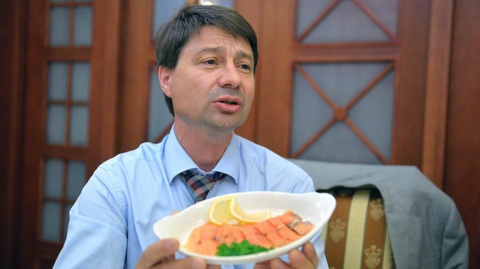 Депутат Владимир Федоров, снятый с выборов выдвинувшей его партией «Родина», продолжает борьбу, поддерживая кандидата Сардану Авксентьеву