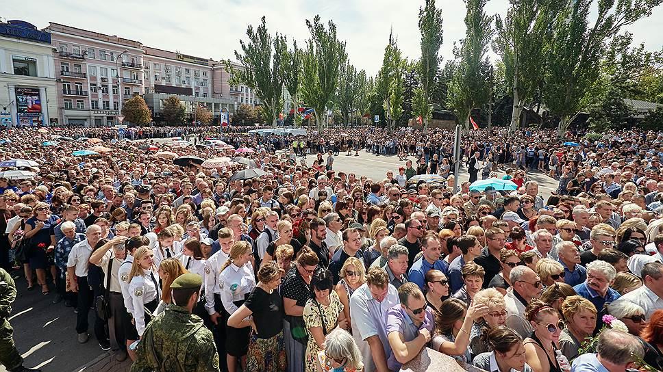 Пришедшие проститься с Александром Захарченко на площади возле Донецкого государственного академического театра оперы и балета имени Соловьяненко