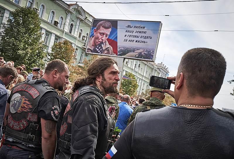 Александр Захарченко в воскресенье собирался прилететь в Москву на похороны Иосифа Кобзона. Но вместо этого многим его сторонникам пришлось прилететь из Москвы — на похороны самого главы ДНР