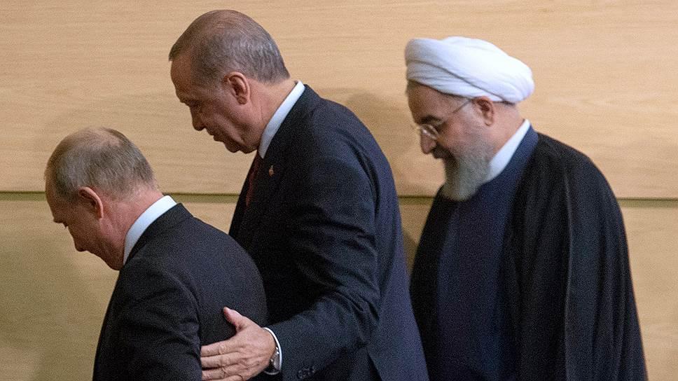 Президент Турции Реджеп Тайип Эрдоган помогает Владимиру Путину спуститься с лестницы