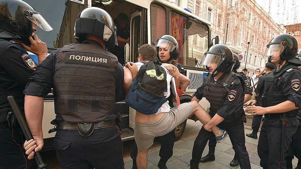 Полиция во время несанкционированных акций протеста 9 сентября вела себя строго в соответствии с законодательством, считает пресс-секретарь президента Дмитрий Песков