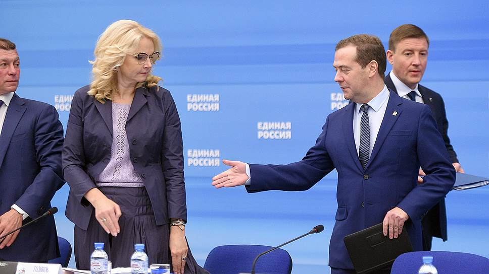 Премьер Дмитрий Медведев (справа) обсудил с однопартийцами и коллегами очередные поправки к пенсионной реформе, но никому о них не рассказал