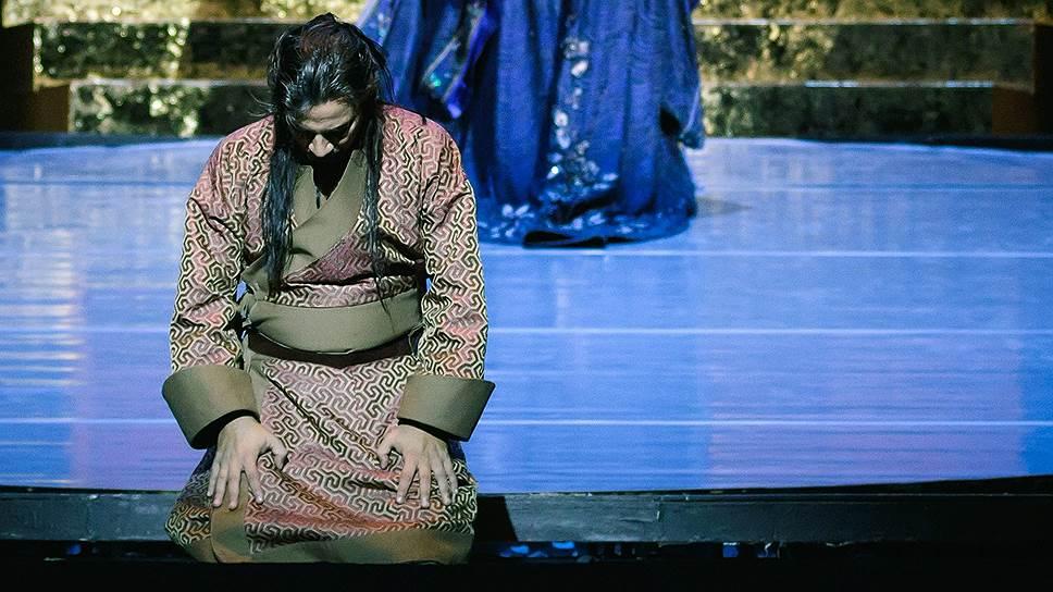 Нарядность спектакля надвигается на зрителя неуклонно, как золотой трон императора Китая
