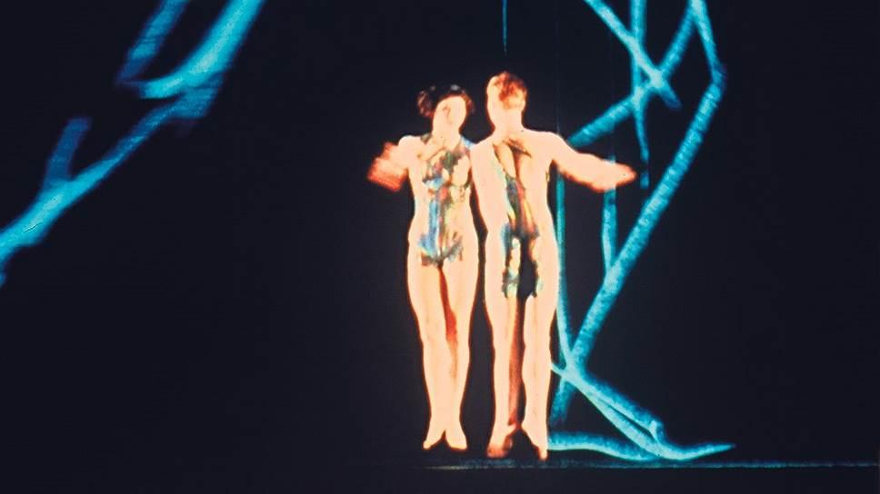 В балете «Biped» живые танцовщики тщетно пытаются достичь высот танцовщиков виртуальных