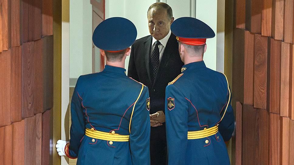 Когда солдаты роты почетного караула открыли двери, они неожиданно увидели Владимира Путина, который стоял прямо перед ними и, казалось, даже прислушивался к тому, что за этими дверями происходило