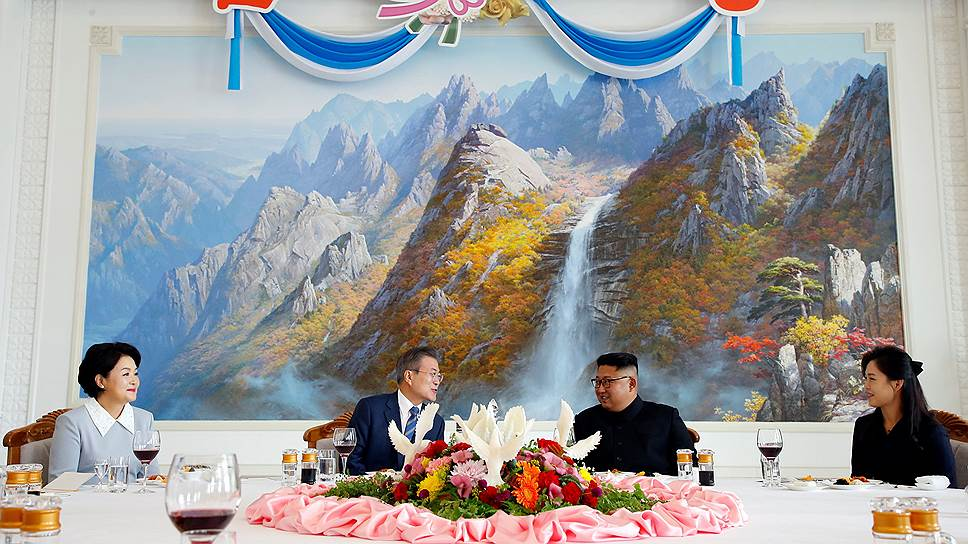 Демонстрируя единство корейского народа, лидеры Южной и Северной Кореи Мун Чжэ Ин и Ким Чен Ын решили завершить свой саммит восхождением на спящий вулкан Пэкту — священное для корейцев место (на картине)