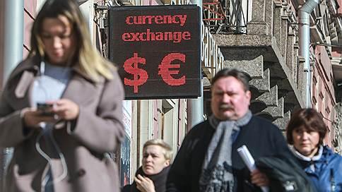 Нефть придает вес российской валюте // Курс доллара откатился ниже уровня 66 руб.