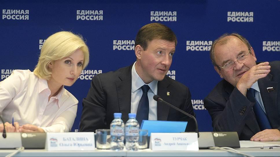 Секретарь генсовета «Единой России» Андрей Турчак (в центре) готовится разобраться с кадрами, которые недоработали на региональных выборах