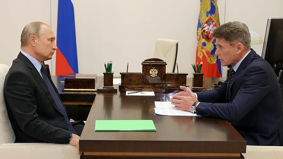 Президент РФ Владимир Путин и губернатор Сахалинской области Олег Кожемяко (справа)