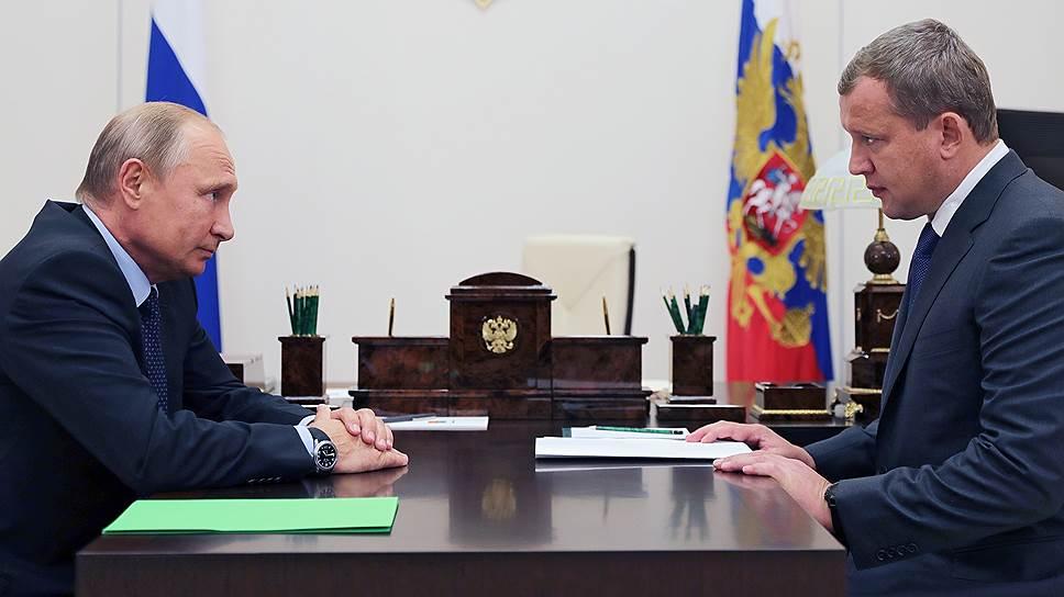 Президент РФ Владимир Путин и бывший заместитель руководителя Федеральной таможенной службы России Сергей Морозов (справа)