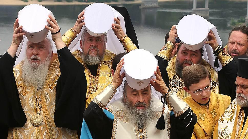 Митрополит Черновицкий и Буковинский, предстоятель Украинской Православной Церкви Московского патриархата Онуфрий (в центре)