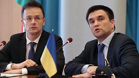 Венгрия и Украина перешли от слов к консулам // Выдача венгерских паспортов в Закарпатье усугубила конфликт двух стран