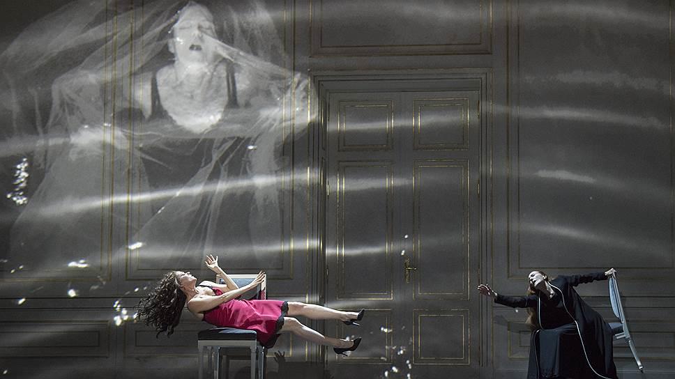 Беренике (Барбара Ханниган), напрасно примеряющей фату, не сможет помочь ее конфидентка Фойника (Рина Шенфельд)