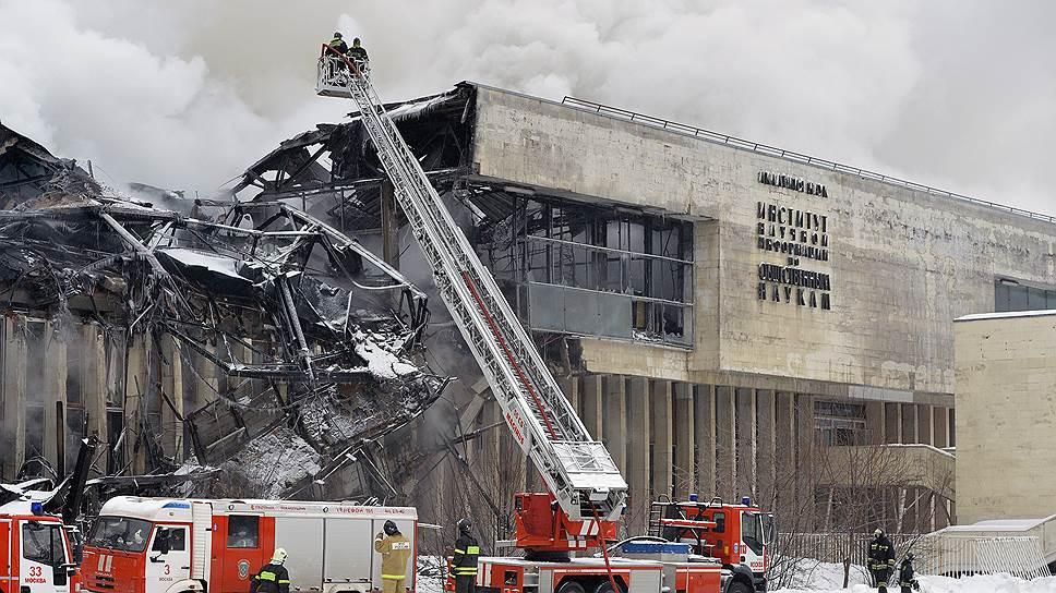 Сотрудники ИНИОНа сегодня соберутся в уцелевшей части здания института, разрушенного пожаром больше трех лет назад