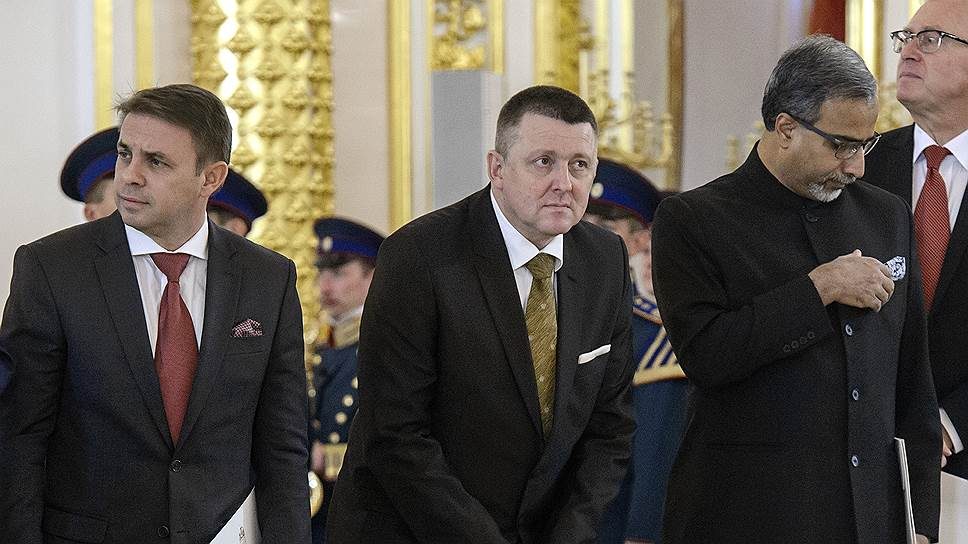 Посол Словении в России Бранко Раковец, чтобы сфотографировать люстру Александровского зала, более или менее надежно пристроил между ног верительную грамоту, вообще-то предназначенную для Владимира Путина