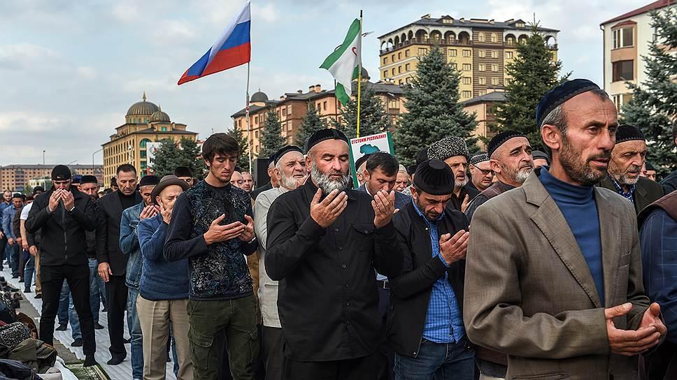 Участники митинга во время молитвы