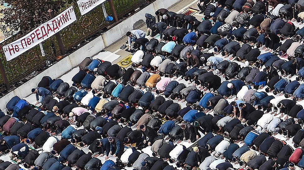 Митинг против нового соглашения о границах начался в Магасе 4 октября. Протестующие совершают намаз прямо на улицах
