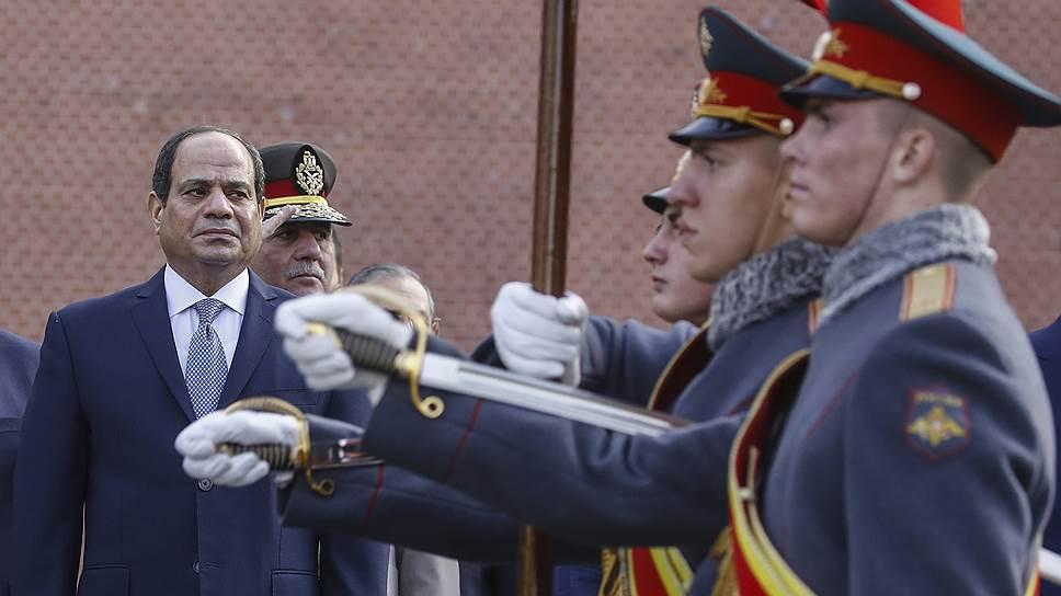 Посетившему вчера Москву президенту Египта Абдель-Фаттаху ас-Сиси (слева) в Сочи устроят видеопрезентацию российской военной техники