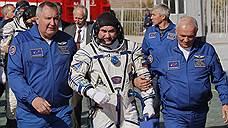 Глава «Роскосмоса» Дмитрий Рогозин (слева) и космонавт Алексей Овчинин (в центре)