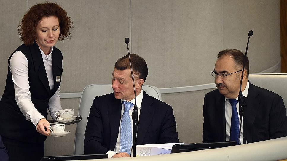 Глава Минтруда Максим Топилин (в центре) не поддерживает спешку бизнеса в вопросах электронного кадрового учета — в министерстве считают, что возглавляемый Антоном Дроздовым ПФР успеет заняться этим и после 2020 года